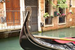 Гондола на канале в Венеции, Италии Стоковое Фото