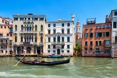 Гондола плавает вдоль грандиозного канала в Венеции Стоковое Фото