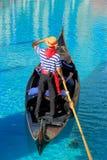 Гондола с туристами в канале, венецианском курортном отеле и casi Стоковая Фотография