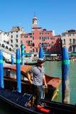 Гондола Gandoler на каналах в Венеции, Италии Стоковые Фотографии RF
