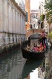 Гондола Gandoler на каналах в Венеции, Италии Стоковые Изображения