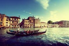 2 гондолы во времени захода солнца, Венеция, Италия Стоковое Фото