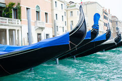 Гондолы в Венеции в узком канале, Италии Стоковое Изображение RF