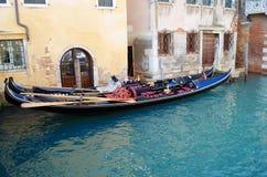 Гондолы в Венеции в узком канале, Италии Стоковые Фото