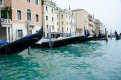Гондолы в Венеции на грандиозном канале, Италии Стоковое фото RF