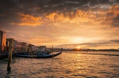 Гондолы в грандиозном канале на заходе солнца, Венеции, Италии Стоковое Изображение