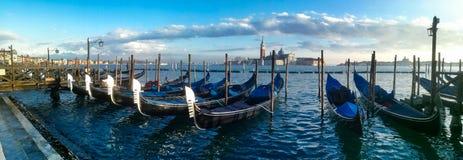 Гондолы и архитектура в Венеции на заходе солнца, Италии Стоковое фото RF