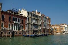 Гондолы и красивые классические здания на грандиозном канале, v Стоковые Изображения RF
