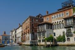 Гондолы и красивые классические здания на грандиозном канале, v Стоковая Фотография
