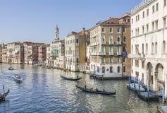 Гондолы и классические венецианские здания на грандиозном канале Стоковая Фотография RF