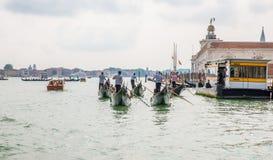 Гондолы и gondoliers в Венеции, Италии Стоковое Изображение RF