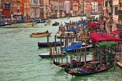 Гондолы на грандиозном канале в Венеции, Италии. Стоковые Фотографии RF