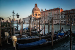 Гондолы на грандиозном канале в Венеции перед della Santa Maria di базилики салютуют Стоковое фото RF