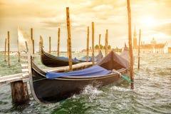 Гондолы на заходе солнца, грандиозный канал в Венеции Стоковые Фотографии RF