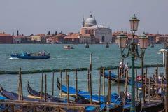 Гондолы на канале большом с историческим della Santa Maria di базилики салютуют стоковые фотографии rf