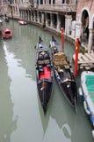 2 гондолы на канале Венеции Стоковая Фотография RF
