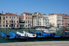 Гондолы на канале в Венеции, Италии Стоковые Фото