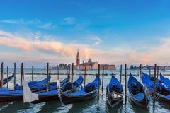 Гондолы на сумерк в лагуне Венеции, Италии Стоковое Изображение RF