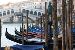 Гондолы припарковали на грандиозном канале перед мостом Rialto в Венеции, Италии Стоковое Фото