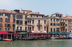 Гондолы причалили на грандиозном канале, Венеции, Италии Стоковое Изображение RF