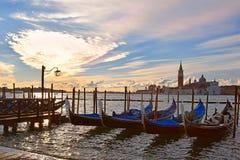 Гондолы причалили на грандиозном канале в Венеции, выравниваясь Стоковое Изображение