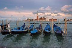 Гондолы причалили на грандиозном канале в Венеции, выравниваясь Стоковое Фото