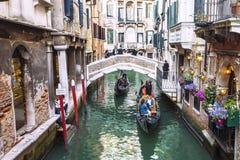 Гондолы плавают на канале в Венеции, Италии Стоковое Изображение