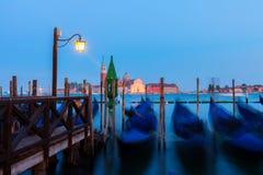 Гондолы плавая в грандиозный канал на ноче, Венецию Стоковые Фотографии RF