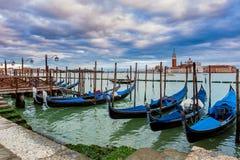 Гондолы связанные на грандиозном канале в Венеции, Италии. Стоковое фото RF