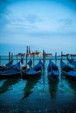 Гондолы состыковали на грандиозном канале в Венеции, Италии Стоковая Фотография