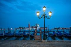 Гондолы состыковали на грандиозном канале в Венеции, Италии Стоковая Фотография RF