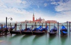 Гондолы с взглядом Сан Giorgio Maggiore, Венеции, Италии Стоковые Фотографии RF