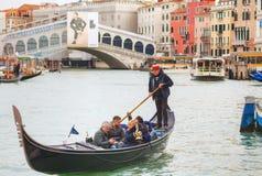 Гондолы с туристами в Венеции, Италии Стоковая Фотография