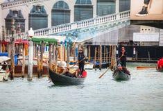 Гондолы с туристами в Венеции, Италии Стоковые Изображения