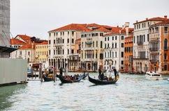 Гондолы с туристами в Венеции, Италии Стоковое Фото