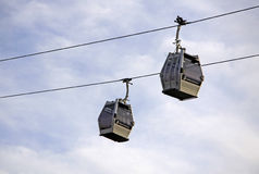 2 гондолы Teleferic De Montjuic в небе Барселоны Стоковые Фотографии RF