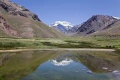 Гора Аконкагуа отраженная на озере. Стоковое фото RF