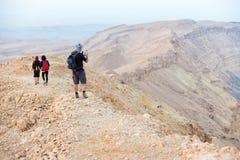 Гора ландшафта пустыни smartphone изображения человека туристская принимая Стоковые Изображения RF
