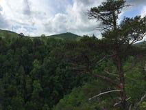 Гора встречает небо Стоковая Фотография