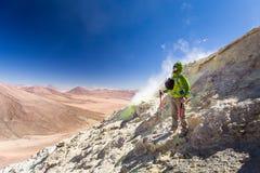 Гора вулкана туристского backpacker авантюриста стоя куря Стоковые Фото