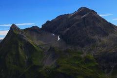 Гора в горных вершинах с голубым небом стоковое изображение rf