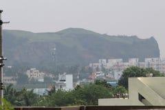 Гора в городе стоковые изображения rf