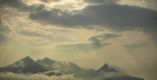 Гора в небе стоковые фото