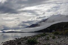 Гора в облаках на озере Wakatipu на приводе Glenorchy сценарном, Новой Зеландии стоковые изображения