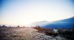 Гора в облаке и тумане Положение прикарпатское, Украина, Европа Исследуйте красоту земли Заход солнца утра облаков стоковое фото