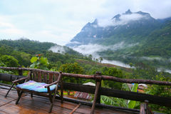 Гора в природе и лесе, чувствующ хороша внутри ослабляет день или праздник в горе, заросший лесом наклон горы в низкое лежа облак Стоковые Фото