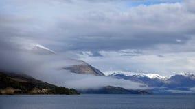 Гора в тумане на озере Wakatipu на приводе Glenorchy сценарном, Новой Зеландии стоковое фото