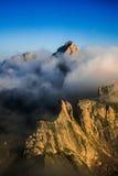 Гора в тумане утра Стоковая Фотография RF