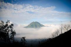 Гора в тумане Стоковое фото RF