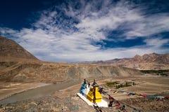 Гора Гималаев с буддийскими stupas Стоковые Изображения